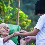 Perbedaan Layanan Perawat Home Care Dengan Caregiver